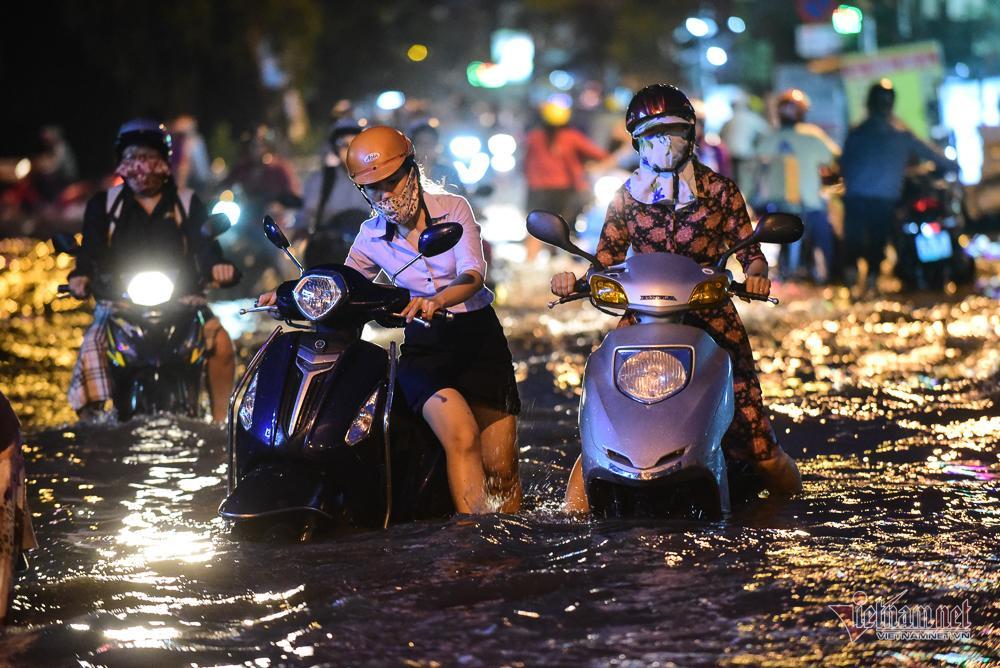 Mẹ bồng con mò mẫm lội đường Sài Gòn ngày triều cường kỷ lục Ảnh 12