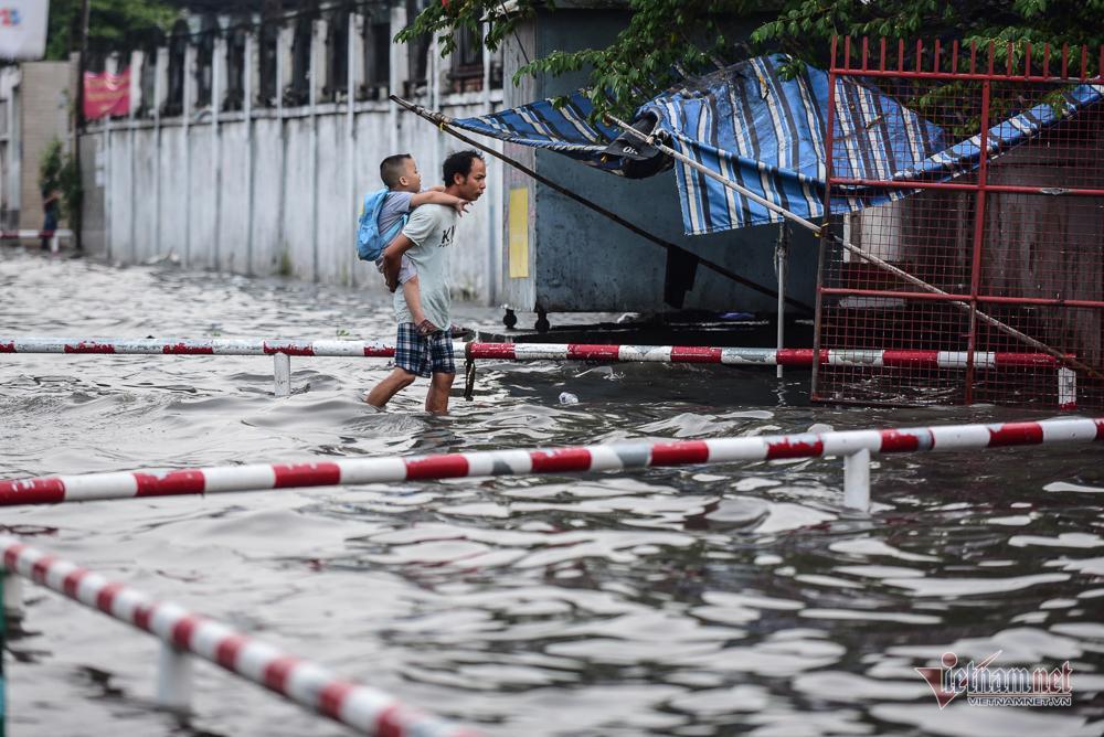 Mẹ bồng con mò mẫm lội đường Sài Gòn ngày triều cường kỷ lục Ảnh 4