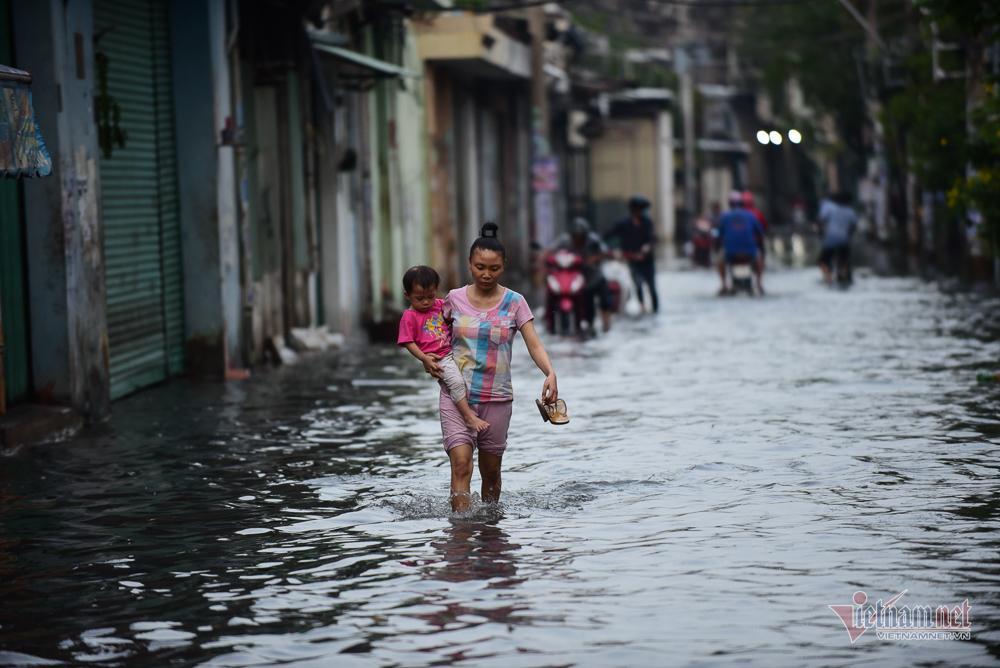 Mẹ bồng con mò mẫm lội đường Sài Gòn ngày triều cường kỷ lục Ảnh 5