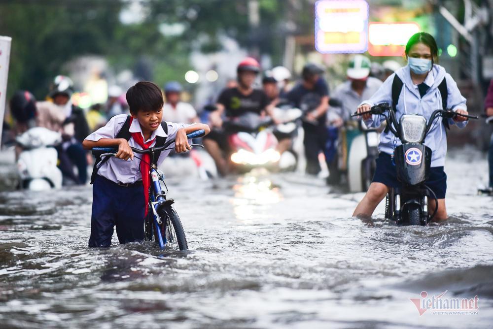 Mẹ bồng con mò mẫm lội đường Sài Gòn ngày triều cường kỷ lục Ảnh 9