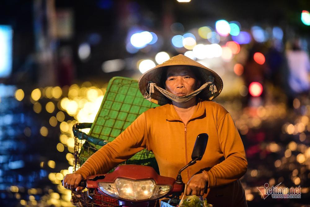Mẹ bồng con mò mẫm lội đường Sài Gòn ngày triều cường kỷ lục Ảnh 13