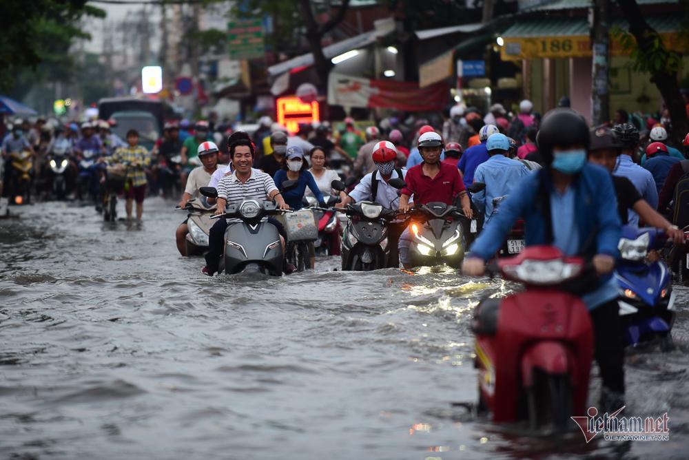 Mẹ bồng con mò mẫm lội đường Sài Gòn ngày triều cường kỷ lục Ảnh 6