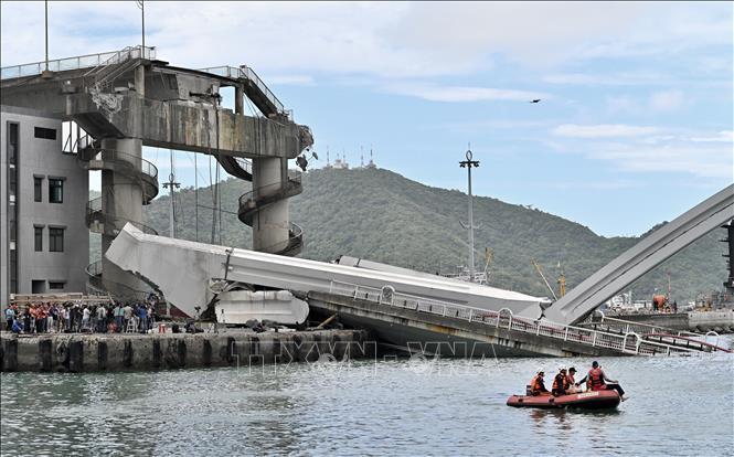 Tìm thấy các thi thể nạn nhân trong vụ sập cầu ở Đài Loan Ảnh 1