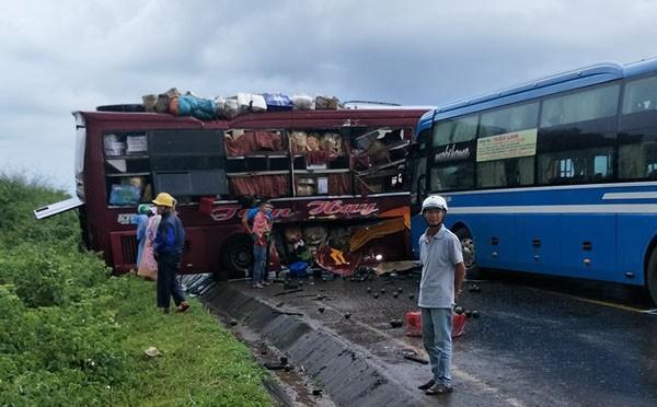 Hai xe khách đâm nhau trên đường Hồ Chí Minh Ảnh 2