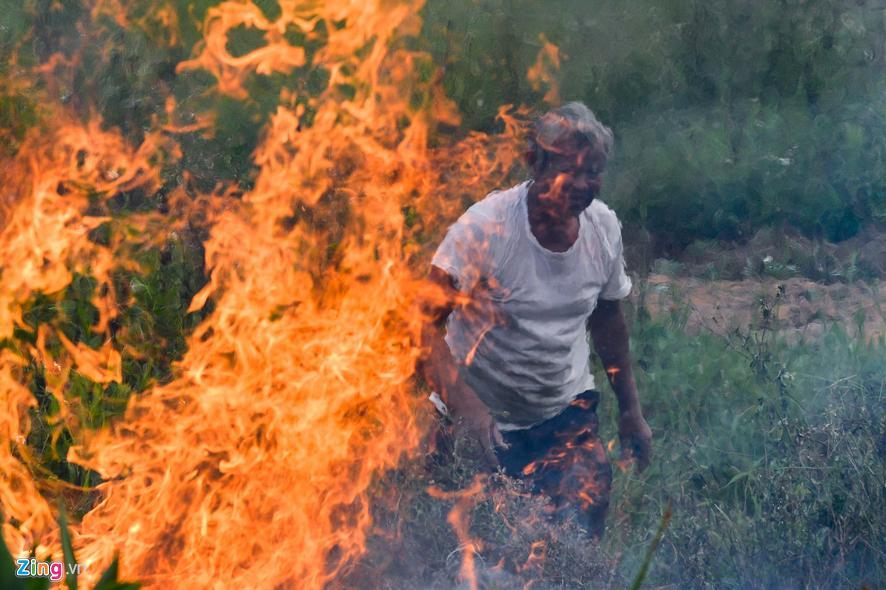 Hà Nội chìm trong khói đốt rơm Ảnh 11