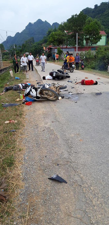2 xe máy đối đầu nhau, 5 người nằm la liệt trên đường - hiện trường tai nạn khiến tất cả xót xa Ảnh 1