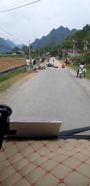 2 xe máy đối đầu nhau, 5 người nằm la liệt trên đường - hiện trường tai nạn khiến tất cả xót xa Ảnh 2