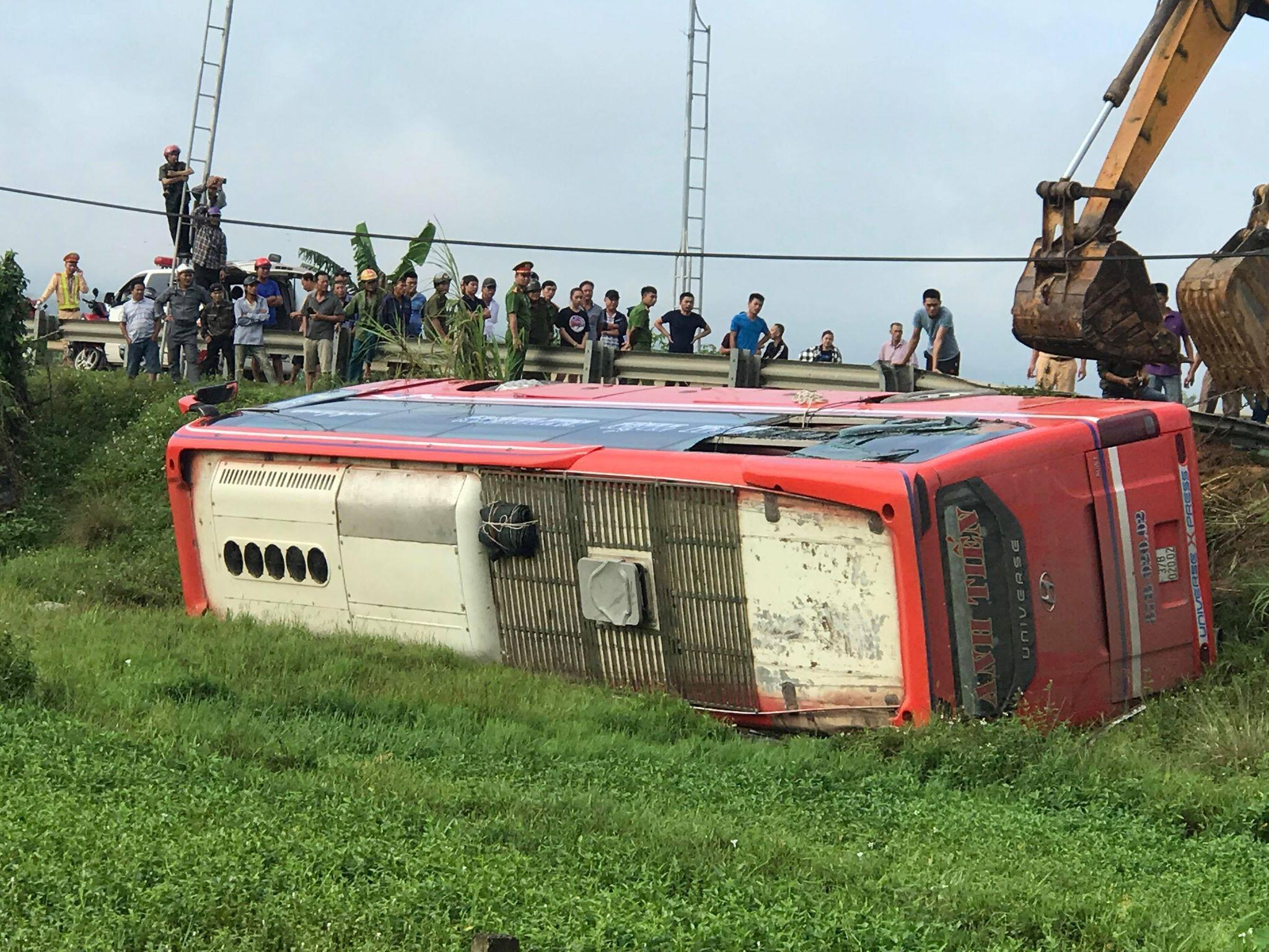 Xe khách lật bên lề đường lúc rạng sáng, 1 người chết, 20 người bị thương Ảnh 5