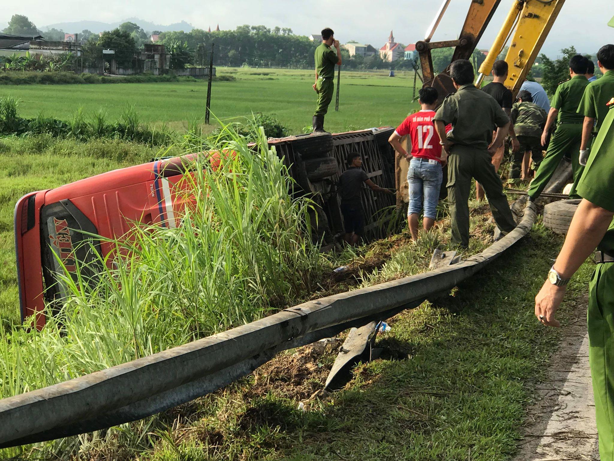 Xe khách lật bên lề đường lúc rạng sáng, 1 người chết, 20 người bị thương Ảnh 4