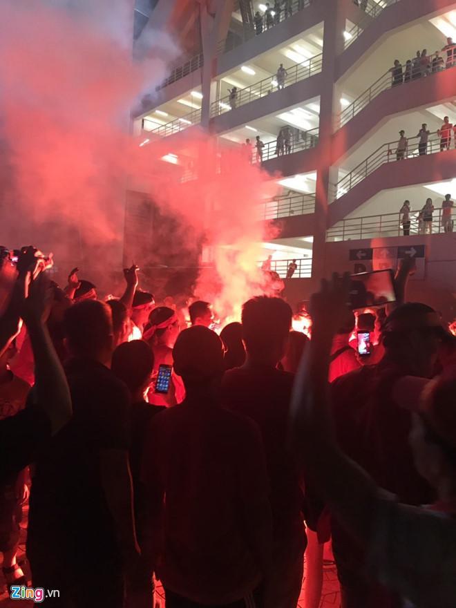 Pháo sáng được đốt ngay ngoài sân Mỹ Đình sau trận Việt Nam - Malaysia Ảnh 1