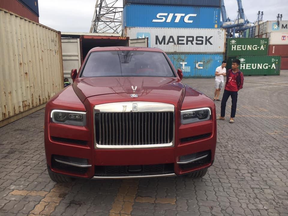 Rolls-Royce Cullinan màu đỏ liên tục đổi diện mạo sau 4 tháng về Việt Nam Ảnh 1