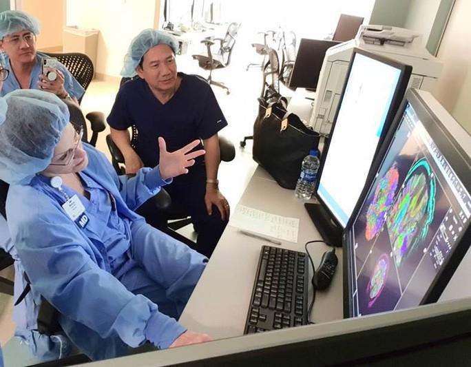 'Người máy' chữa ung thư vú và đại trực tràng tại TP HCM Ảnh 1