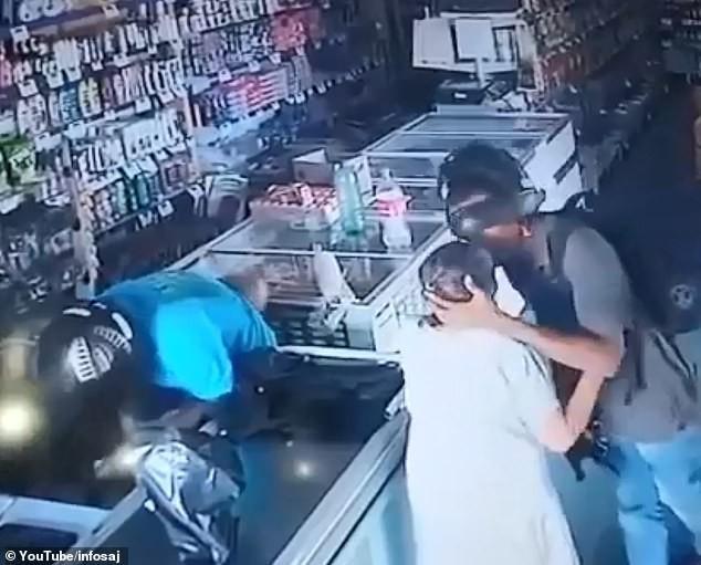 Đi cướp gặp bà già nhiệt tình cho tiền, tên tội phạm không nỡ lấy mà còn phải an ủi Ảnh 2