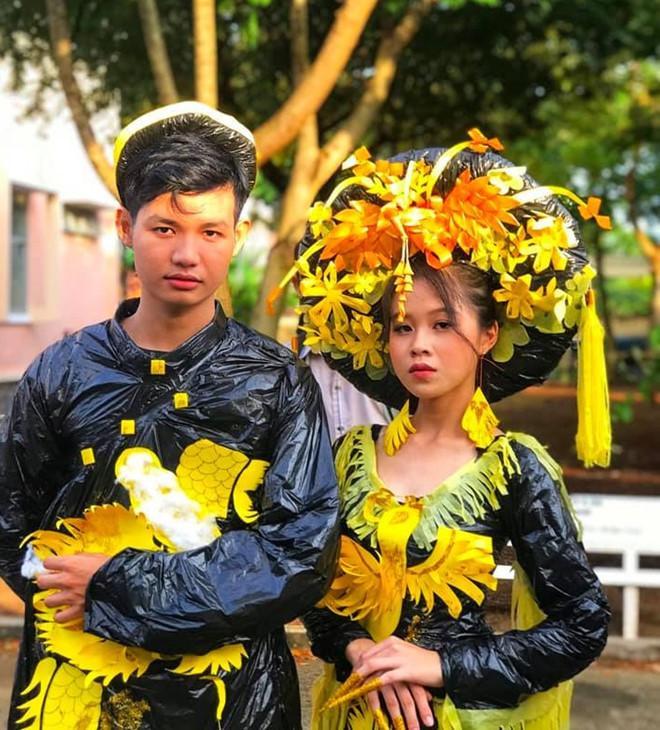 Hai nữ sinh Long An bỗng nổi trên mạng khi mặc đồ tái chế trình diễn Ảnh 7