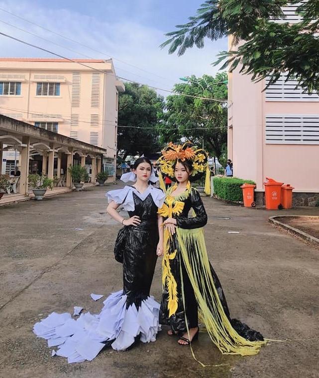 Hai nữ sinh Long An bỗng nổi trên mạng khi mặc đồ tái chế trình diễn Ảnh 10