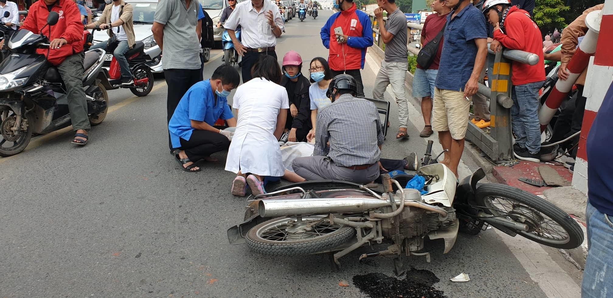 Hà Nội: Xe máy đâm vào trụ cầu vượt Thái Hà, 1 người tử vong Ảnh 1