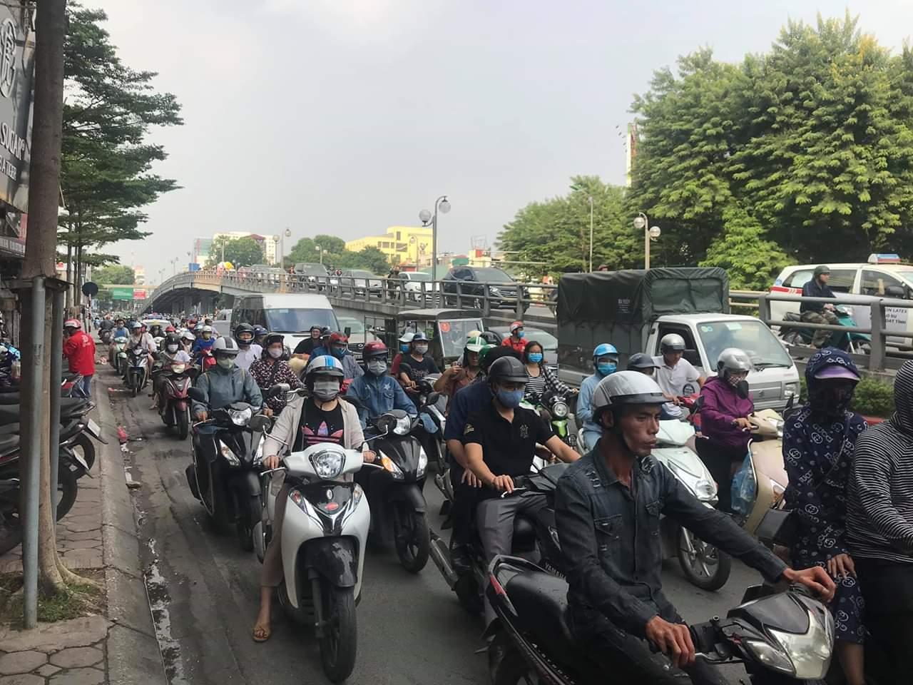 Hà Nội: Xe máy đâm vào trụ cầu vượt Thái Hà, 1 người tử vong Ảnh 3