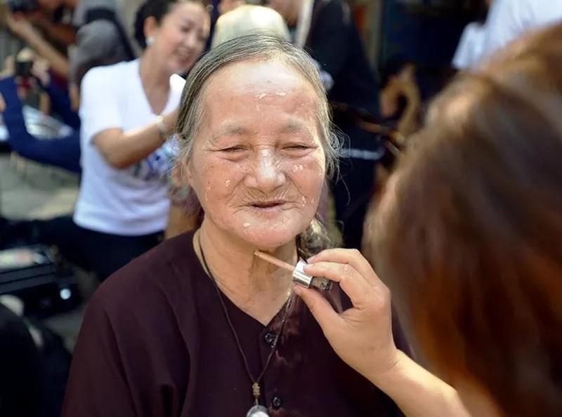 'Ngày đẹp nhất' của những phụ nữ nghèo chân cầu Long Biên Ảnh 4