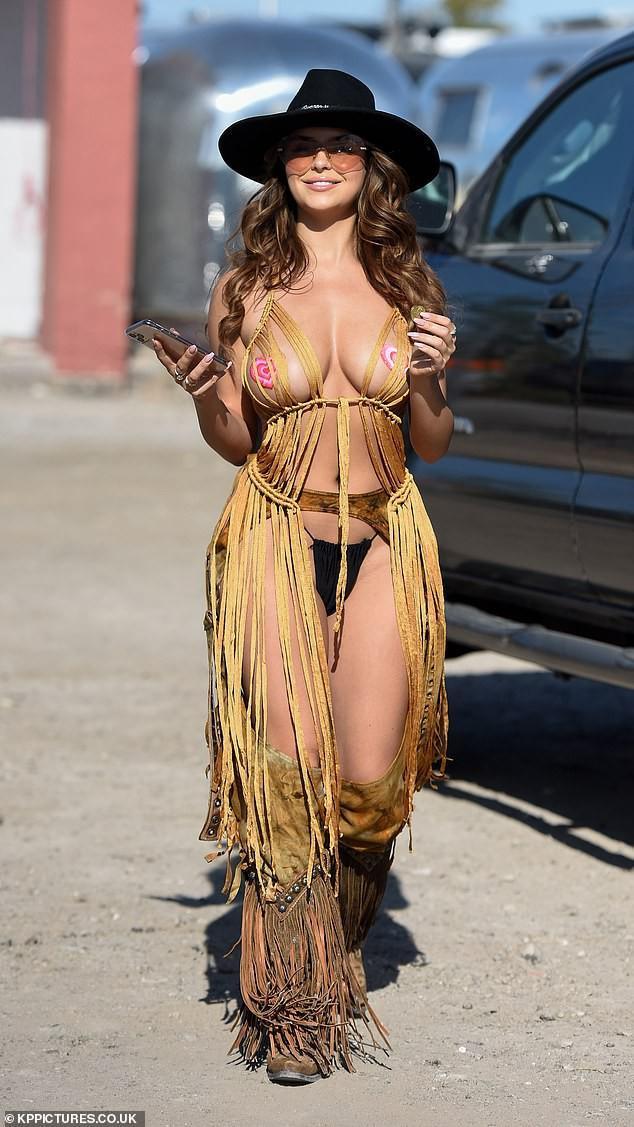 Mẫu nội y Demi Rose bán nude, phô 3 vòng 'bỏng rẫy' Ảnh 10