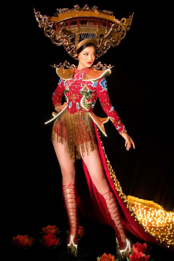 Kiều Loan tung National Costume đỏ rực rỡ, chơi trội đội cả chùa Cầu: Lấp lánh 'đánh bật' dàn đối thủ! Ảnh 2