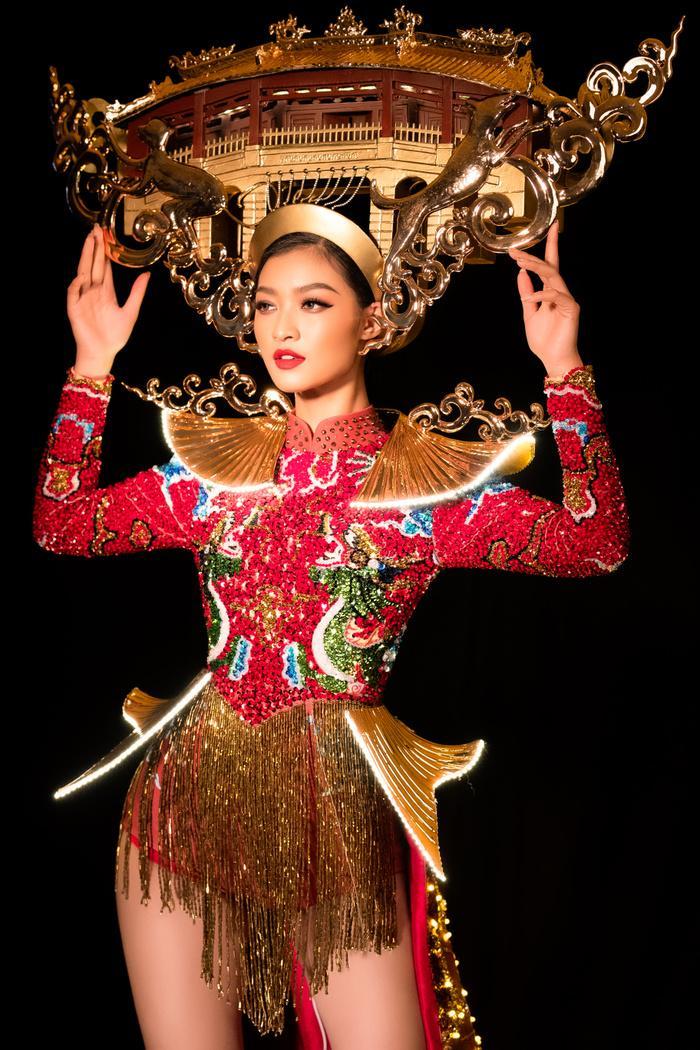 Kiều Loan tung National Costume đỏ rực rỡ, chơi trội đội cả chùa Cầu: Lấp lánh 'đánh bật' dàn đối thủ! Ảnh 1