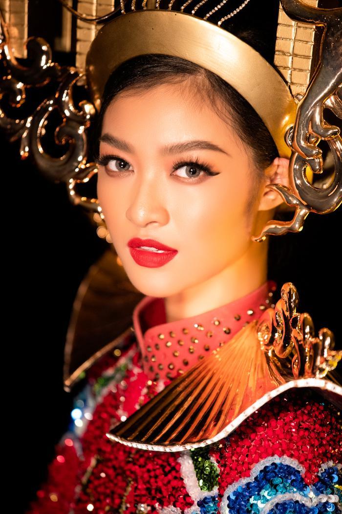 Kiều Loan tung National Costume đỏ rực rỡ, chơi trội đội cả chùa Cầu: Lấp lánh 'đánh bật' dàn đối thủ! Ảnh 5