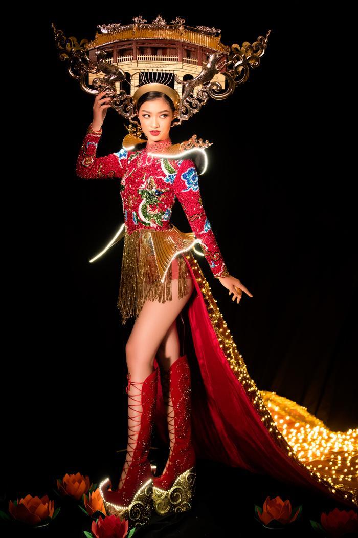 Kiều Loan tung National Costume đỏ rực rỡ, chơi trội đội cả chùa Cầu: Lấp lánh 'đánh bật' dàn đối thủ! Ảnh 3