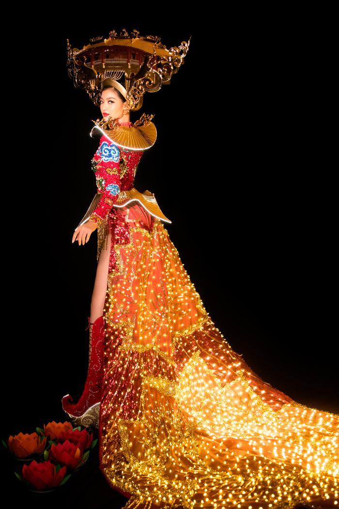 Kiều Loan tung National Costume đỏ rực rỡ, chơi trội đội cả chùa Cầu: Lấp lánh 'đánh bật' dàn đối thủ! Ảnh 4