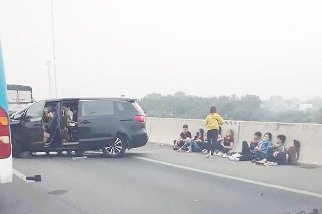 Ôtô tông dải phân cách, cao tốc Long Thành ùn tắc 5 km Ảnh 1