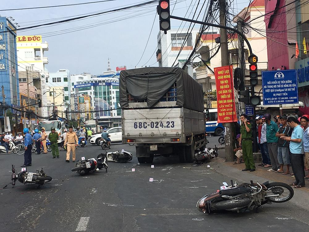 Lại xảy ra tai nạn giao thông khi chờ đèn đỏ Ảnh 3