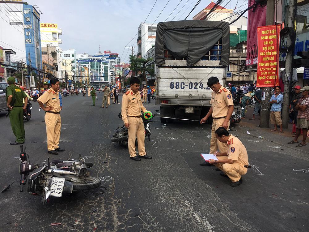 Lại xảy ra tai nạn giao thông khi chờ đèn đỏ Ảnh 4