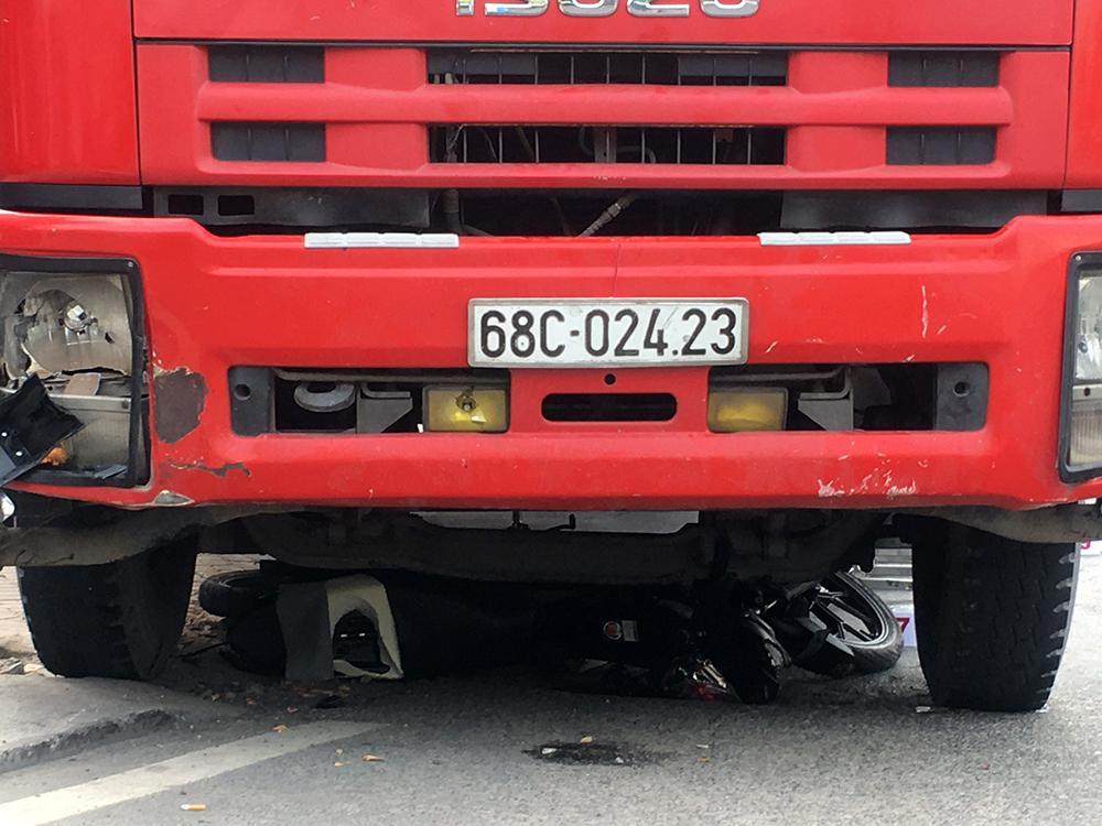 Lại xảy ra tai nạn giao thông khi chờ đèn đỏ Ảnh 1