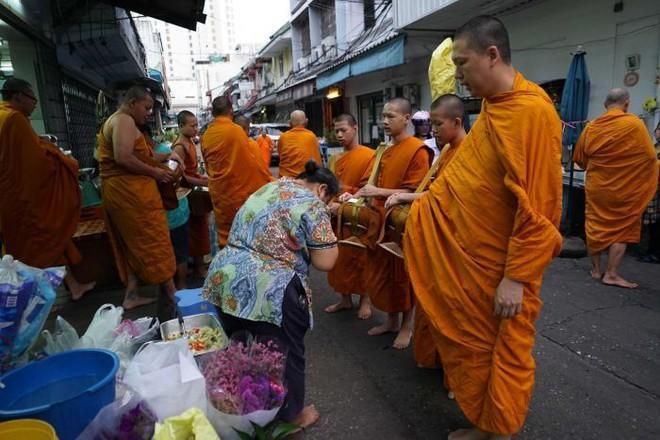 Nhà sư Thái Lan ăn uống nghiêm ngặt nhưng vẫn béo phì Ảnh 1