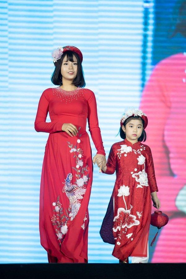 Nữ sinh ung thư vú của Đại học Ngoại Thương đội tóc giả diễn thời trang áo dài Ảnh 3