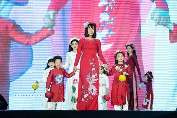 Nữ sinh ung thư vú của Đại học Ngoại Thương đội tóc giả diễn thời trang áo dài Ảnh 5