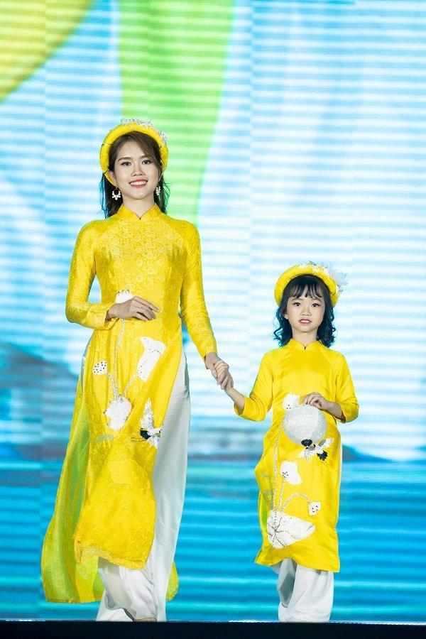 Nữ sinh ung thư vú của Đại học Ngoại Thương đội tóc giả diễn thời trang áo dài Ảnh 7