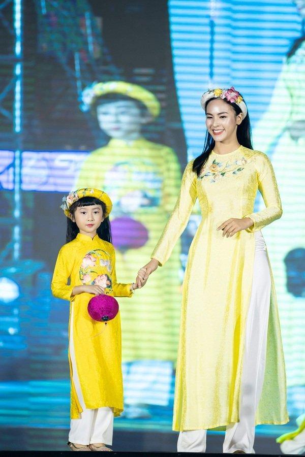 Nữ sinh ung thư vú của Đại học Ngoại Thương đội tóc giả diễn thời trang áo dài Ảnh 6