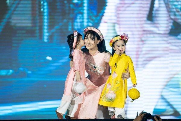 Nữ sinh ung thư vú của Đại học Ngoại Thương đội tóc giả diễn thời trang áo dài Ảnh 2