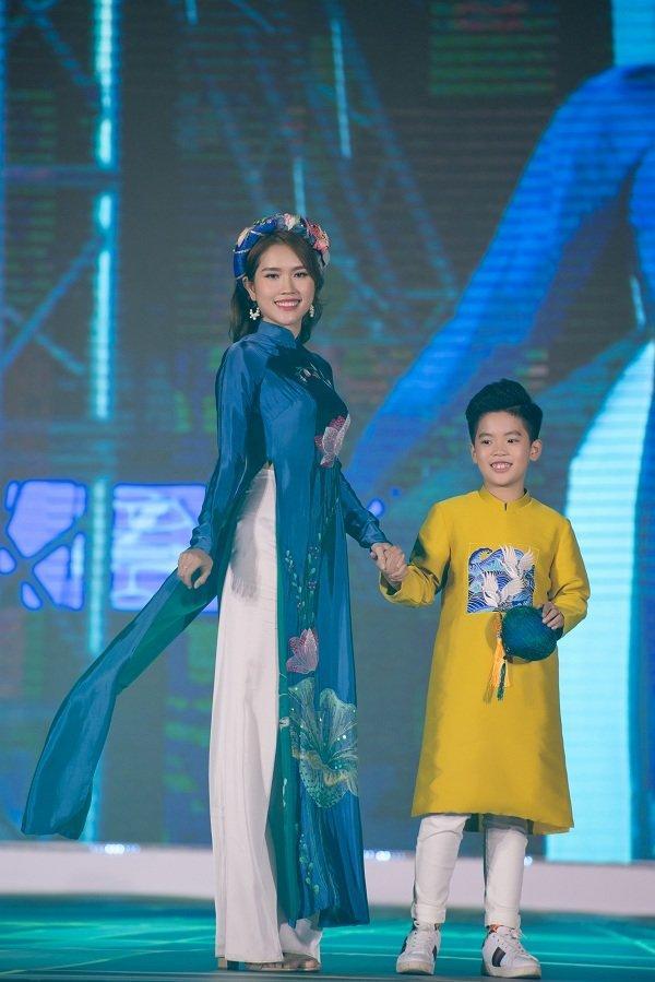 Nữ sinh ung thư vú của Đại học Ngoại Thương đội tóc giả diễn thời trang áo dài Ảnh 8