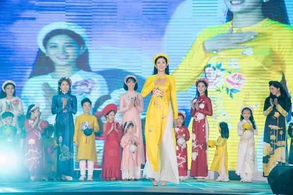 Nữ sinh ung thư vú của Đại học Ngoại Thương đội tóc giả diễn thời trang áo dài Ảnh 9
