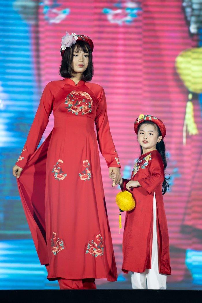 Nữ sinh ung thư vú của Đại học Ngoại Thương đội tóc giả diễn thời trang áo dài Ảnh 4
