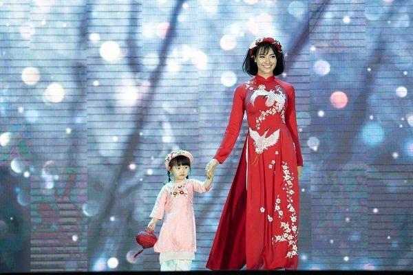 Nữ sinh ung thư vú của Đại học Ngoại Thương đội tóc giả diễn thời trang áo dài Ảnh 1