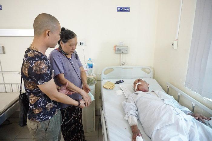 Nhiều người tìm đến bệnh viện giúp đỡ cụ ông 80 tuổi bị tài xế xe ôm hành hung rạn xương sườn, chấn thương nặng Ảnh 3