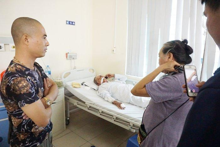 Nhiều người tìm đến bệnh viện giúp đỡ cụ ông 80 tuổi bị tài xế xe ôm hành hung rạn xương sườn, chấn thương nặng Ảnh 1