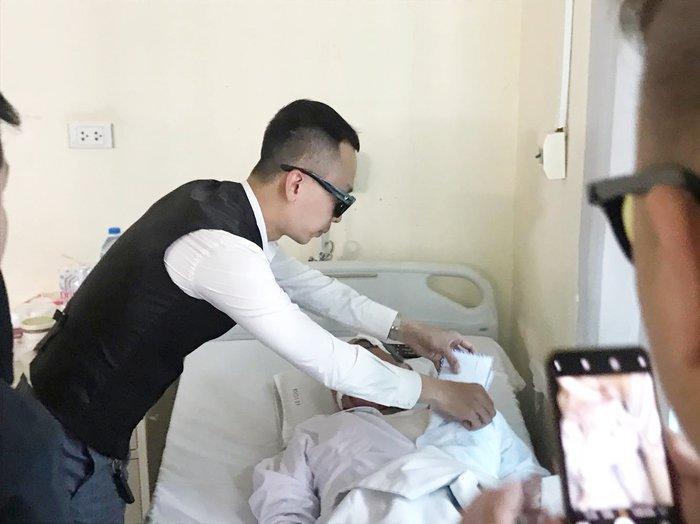 Nhiều người tìm đến bệnh viện giúp đỡ cụ ông 80 tuổi bị tài xế xe ôm hành hung rạn xương sườn, chấn thương nặng Ảnh 2