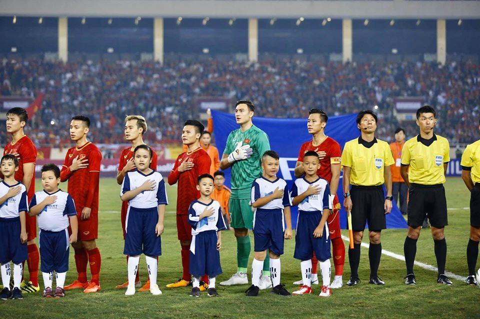 Hình ảnh Đặng Văn Lâm dắt con trai Á hậu Thụy Vân vào sân trận gặp UAE gây sốt Ảnh 3