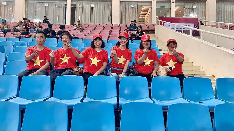 Hình ảnh Đặng Văn Lâm dắt con trai Á hậu Thụy Vân vào sân trận gặp UAE gây sốt Ảnh 1