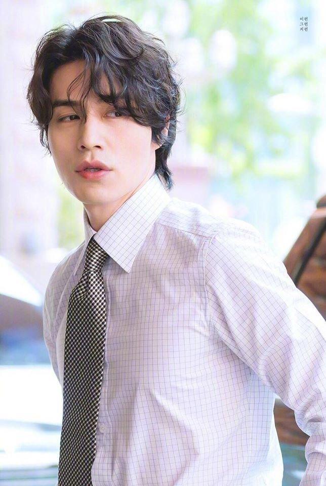 'Thần chết' Lee Dong Wook đẹp như nam thần công sở hồn triệu fans Ảnh 4