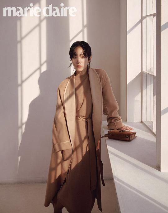 Tạp chí tháng 12: Lee Dong Wook để tóc dài 'thướt tha', Shin Min Ah - Kim Woo Bin kết hôn vào năm sau? Ảnh 9