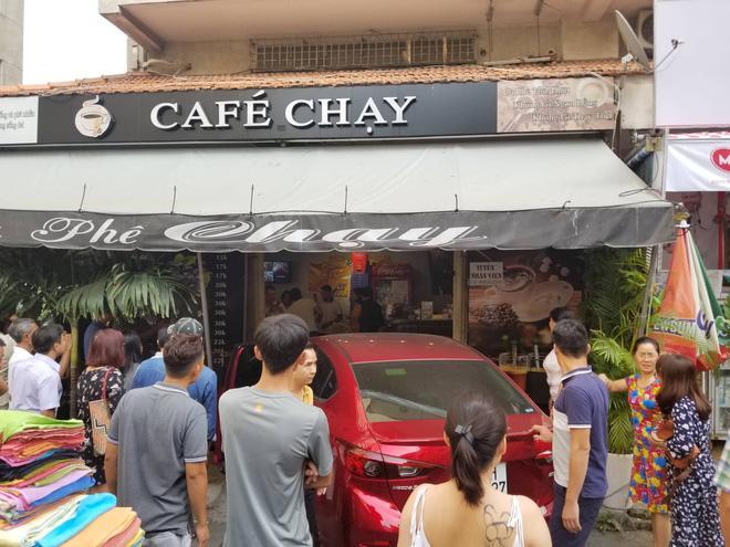 Ô tô lao vào quán cà phê 'Chạy' ở Sài Gòn, nhiều khách tháo chạy tán loạn Ảnh 1